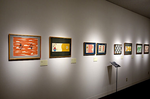 芹沢銈介がこれまでにデザインした数多くの包装紙や品書き。愛知・名古屋の割烹〈八雲〉、東京・新宿の〈民芸茶房すずや〉、愛媛・松山の日本料理〈すし丸〉など。