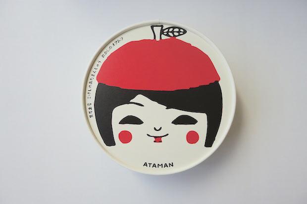 阿保正文工人のこけしイラストが描かれた8個セットの箱蓋。〈津軽こけし館〉では別デザインのパッケージで販売されているので、〈おかしのオクムラ〉限定です。両方集めたくなってしまいます。