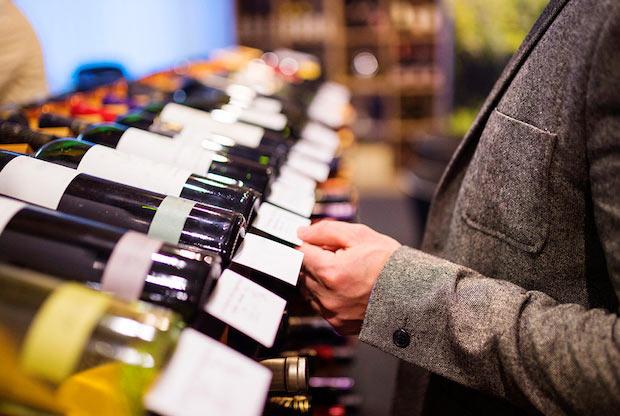 ボトルワインがずらりと並ぶ