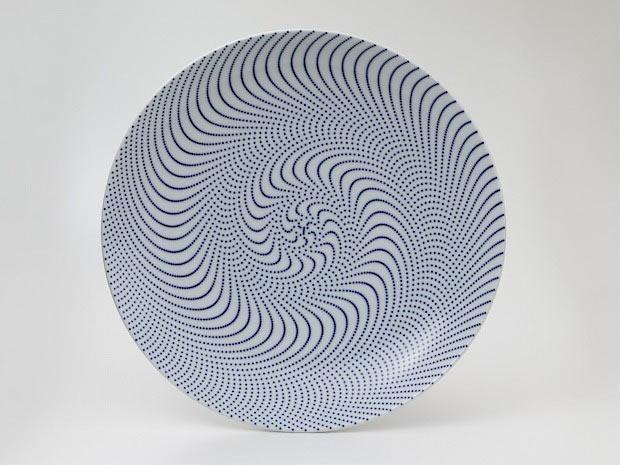 「東京2020オリンピック・パラリンピック」のエンブレムを手がけた野老朝雄氏と有田焼がコラボレーション。青で魅せる「つなげる」紋様