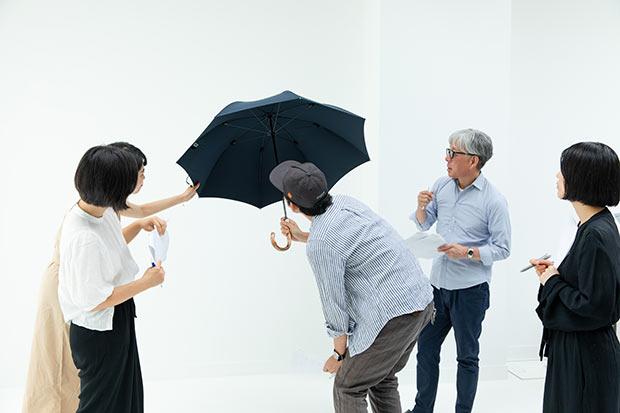 「人生の相棒」というコンセプトでつくられた〈Ramuda〉の長傘。しなやかな素材と、生地の撥水性、軽量さに「おお~!」という声を上げる編集部。