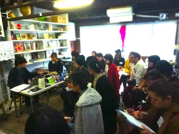 〈ソトコト〉編集長、指出一正さんの授業では「ローカル・地域の編集」をテーマに、日本各地で活躍するプレイヤーたちを紹介。生徒のなかには、移住を考えている人、自分の住んでいる地域を盛り上げたい人も多いのだとか。