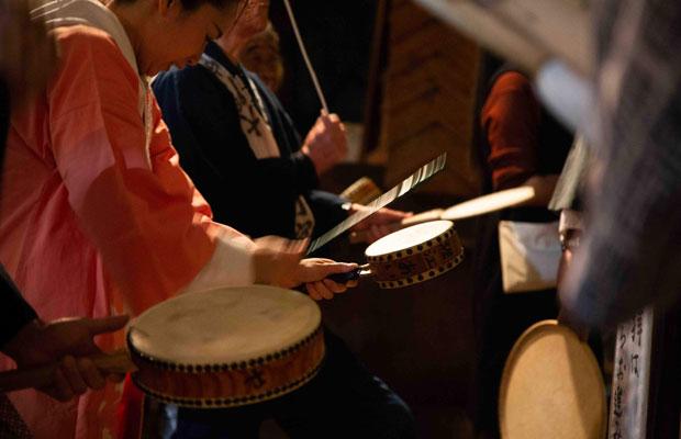 御会式の太鼓の起源ははっきりしないが、江戸時代、太鼓に合わせて若者が歌い踊る「題目和讃」が流行したらしい。(写真:鈴木竜一朗)