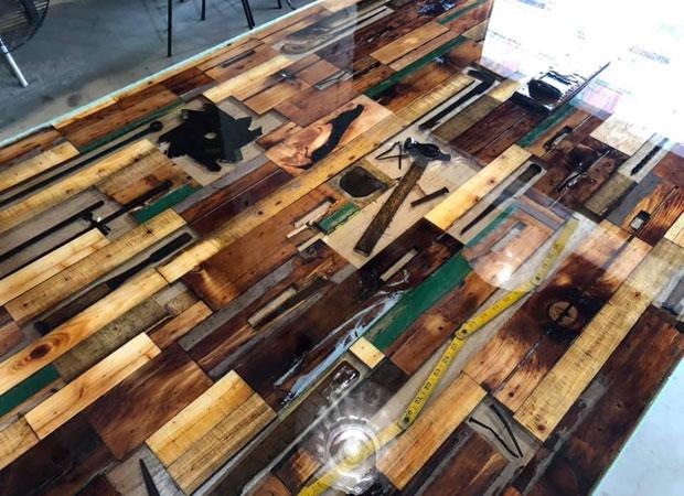 Rinne. barに置かれた机にはトンカチやカンナなどの工具も埋め込まれた。RINNEを象徴するようなアイテムとなった。(写真提供:RINNE)