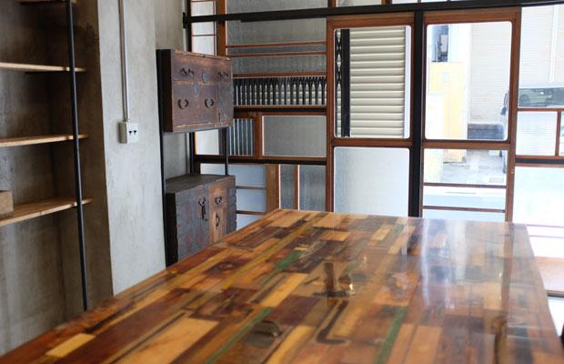 新御徒町駅から徒歩2分ほどのところにある改修中の〈Rinne. bar〉。机や壁にはさまざまな色の古材がパッチワークのようにはめ込まれ、独特の空間をつくり出していた。