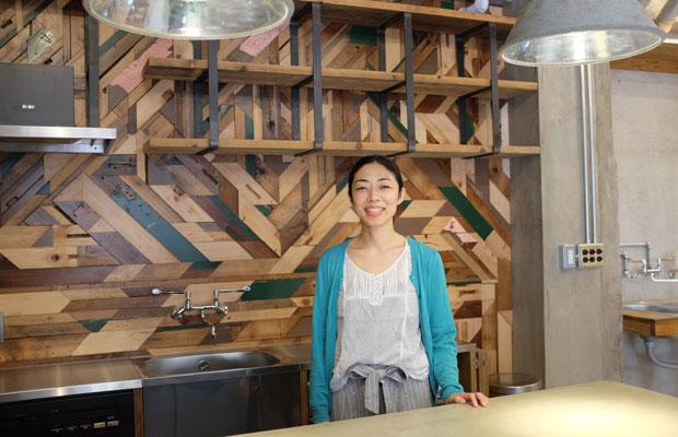 改装中のRinne. barを案内してくれたのは、メンバーのひとり、関森加奈子さん。秘書業を長年経験しており、このプロジェクトの事務サポートをしつつ、商品企画のアイデアも提案している。このほかのメンバーも、さまざまな専門分野を持っている。