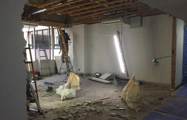 〈八女市移住定住センター〉工事中。工事は、市役所の通常業務の時間を避けて、夜間及び休日の作業となりました。