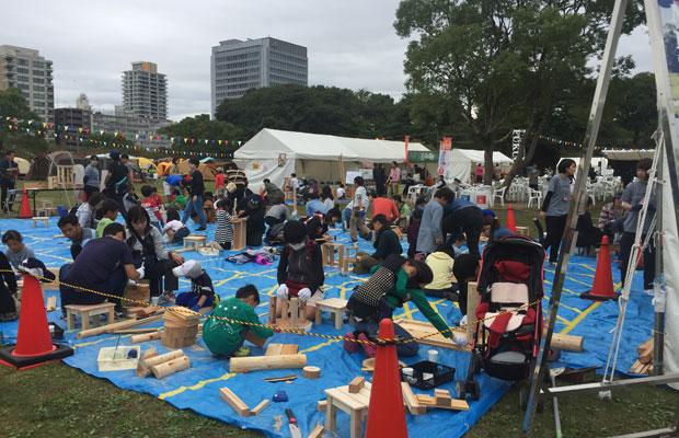 「FUKUOKA MACHI CAMP PARTY 」での廃材ワークショップ。多くの親⼦連れが参加され、笑顔で工作を楽しむ光景がありました。