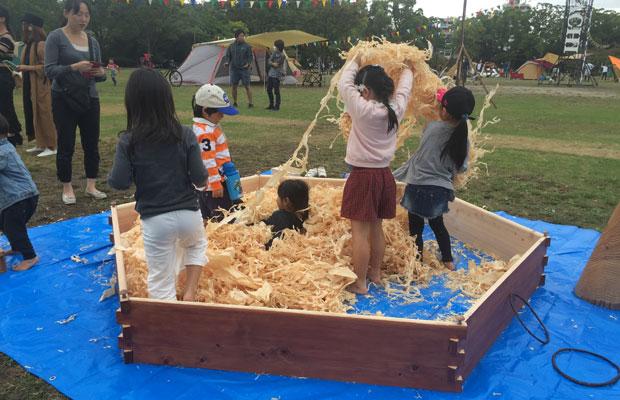 鉋屑(かんなくず)が集まったフワフワな感触が子どもにはたまらなくおもしろいらしく、何回も楽しむ子どもが続出。