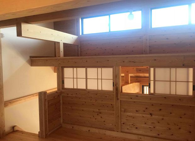 春風台の板倉長屋の内部。柱・梁・天井・壁・床すべてに無垢の八女杉・ヒノキを利用いただいています。