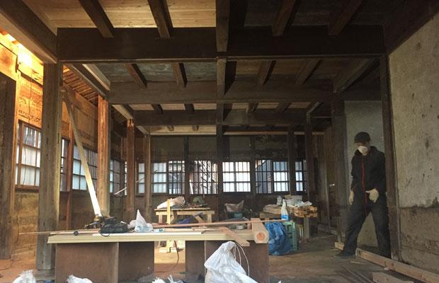 空き室の工事開始。建物構造躯体を補強し、壁を塗り直すことに。