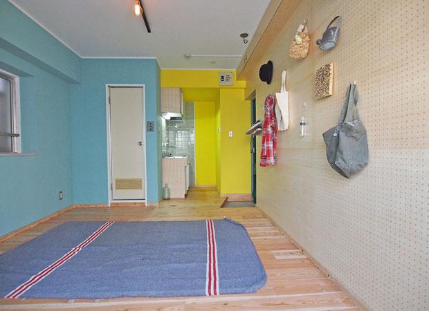 床板に八女杉を使ってリノベされた福岡市マンションの一室。