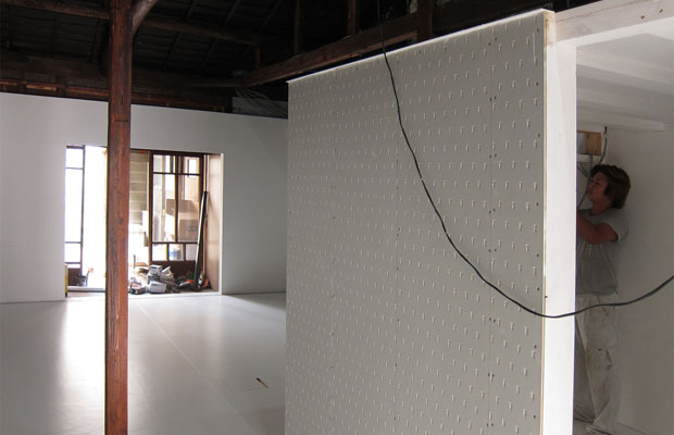 壁も床も白く仕上がると、空間が引き締まります。