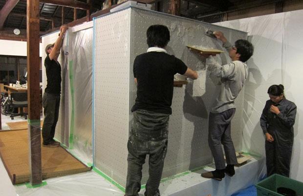 周りを養生して、モルタルを塗りつけていきます。