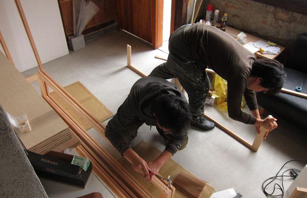 家具の部材をせっせと組み立てていきます。