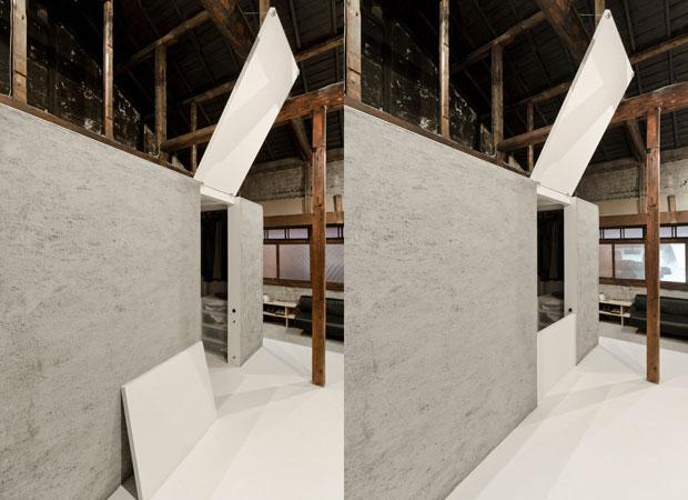 モルタルのキューブには大きな(扉には見えない)扉がついています。