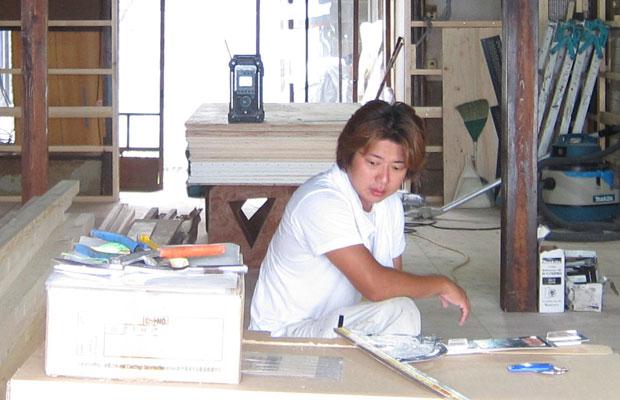 〈工務店ふじさき組〉の藤崎智一さん。