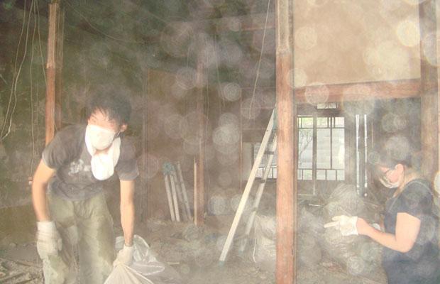 天井を落とすと、ものすごい量の埃が舞います。