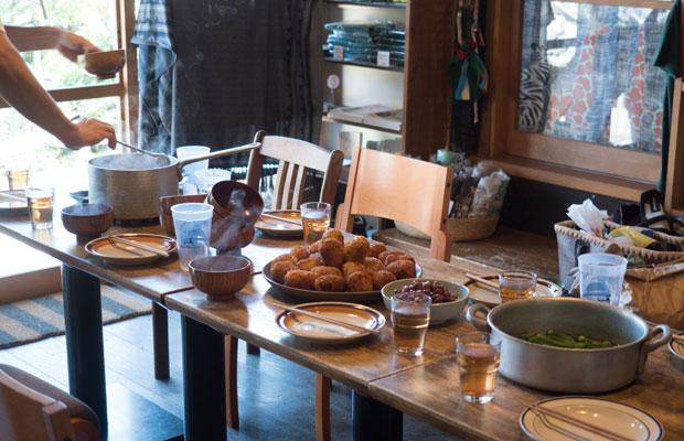 テーブルにはお皿がいっぱい並びます。