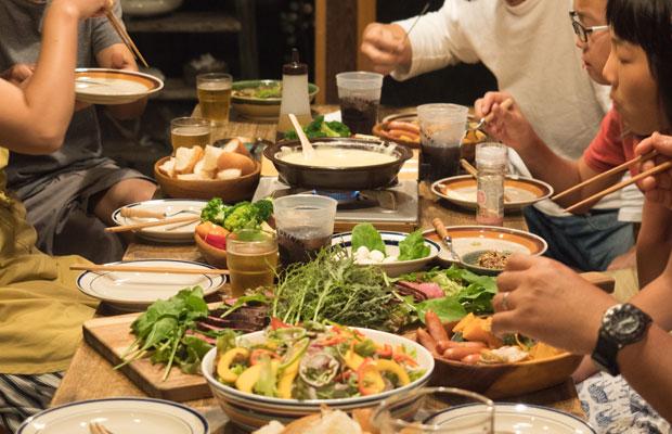 料理もみんなで一緒にすると楽しい。友人たちと一緒に週末の夜ごはん。