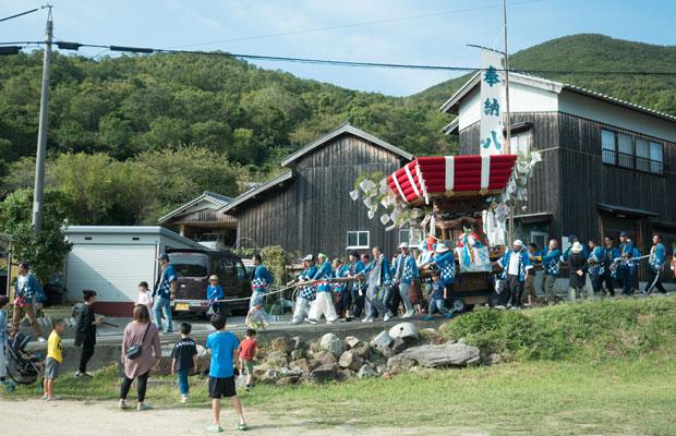 太鼓まつりの前日は宵祭りとして、地区内の家々を太鼓台がまわります。子どもたちもおばあちゃんたちも太鼓台が来るのを楽しみに待ちます。