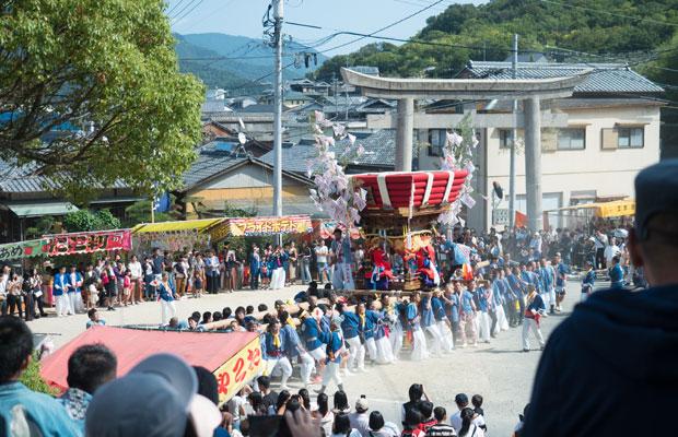 10月11日から10月16日にかけて、小豆島の各地区で太鼓台が奉納されます。10月14日は土庄八幡神社のお祭り。