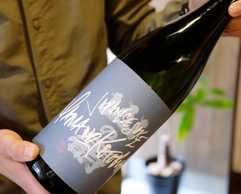 ボトルデザインのフックになっているアルファベットは、原生種の蘭を取り扱う「PLACERWORKSHOP」のオーナーであり、グラフィティアーティストでもある内田洋一朗さんが手がけた。