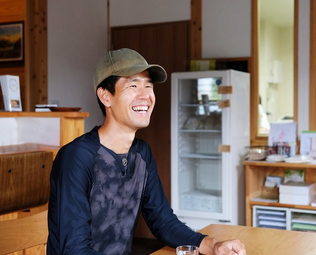 笑顔がさわやかな福島さん。事務所の一角で自社栽培の食材を販売している。