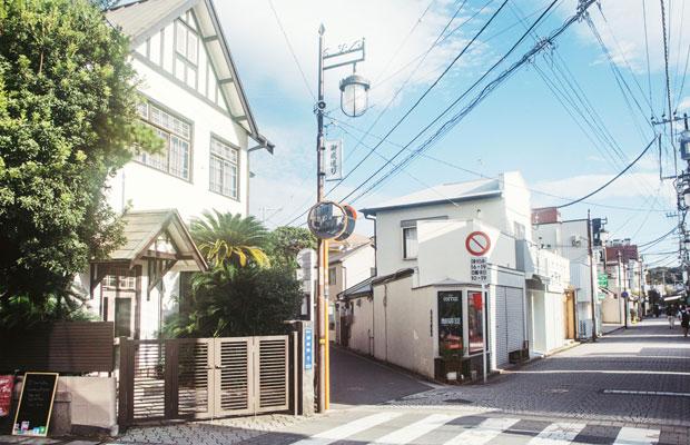 〈カフェ鎌倉美学〉がある御成通り商店街。ここ数年、新店が次々とオープンし、地元民に加えて観光客の往来も増えている。