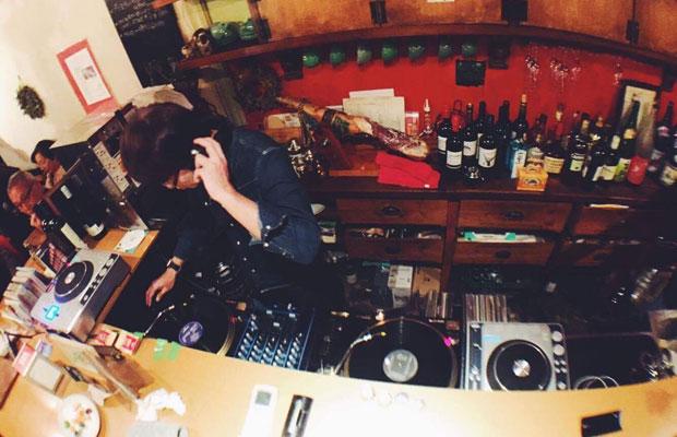 鎌倉美学で定期的に行われているDJイベントでは、カウンターの中に即席DJブースがつくられる。(写真提供:鎌倉美学)