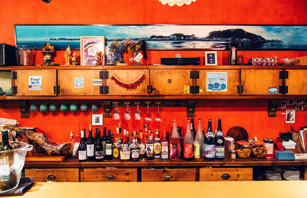カウンターの奥には、鎌倉の海をパノラマで描いた地元アーティストの作品が展示されている。