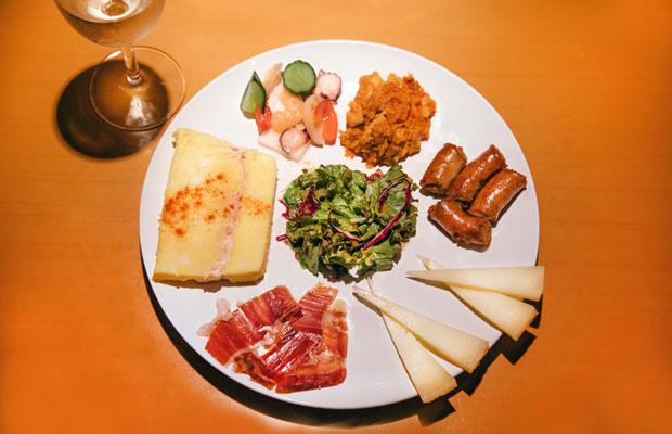 鎌倉美学の定番「タパスの盛り合わせ」は、スペインや南米のワインとよく合う。