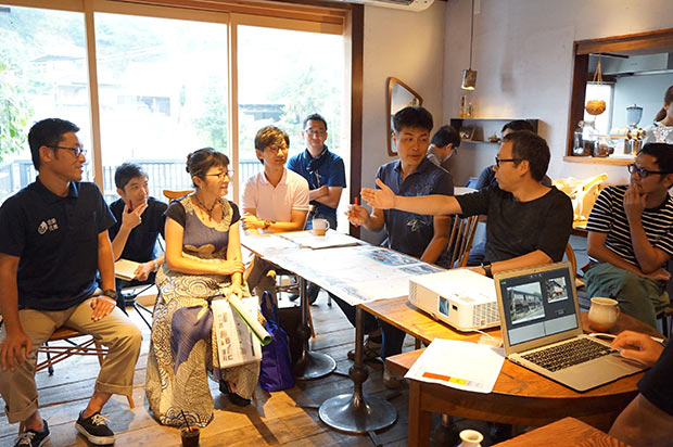 温泉街のカフェでデザイン会議の進捗などをメンバーが星野代表に説明。新たな企画が続々と登場した(2018年9月)。