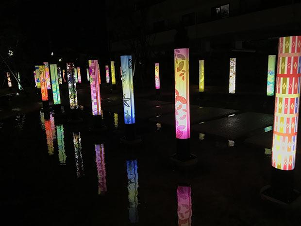 「歩きたくなる温泉街」を掲げる新潟県月岡温泉。観光庭園〈月あかりの庭〉では、夕刻から和柄の円柱にあかりが灯る。