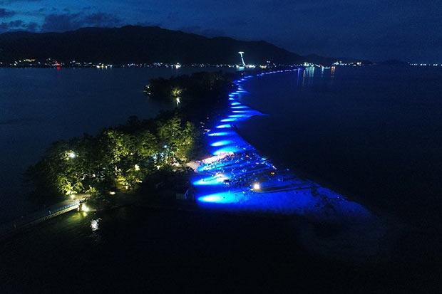 長町さんが手がけるあかりによるまちづくり。これは京都府宮津市「天橋立まち灯り」。夏は砂浜が幻想的に照らされる。