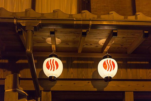 提灯のデザインは長門湯本の3つの地区(湯本、門前、三之瀬)を、温泉マークと川とに見立てている。