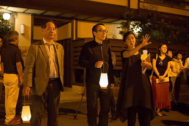 2017年の社会実験では長町さんが大西倉雄市長と星野リゾートの星野佳路代表を招き温泉街を案内。照明演出による効果などを説明した。