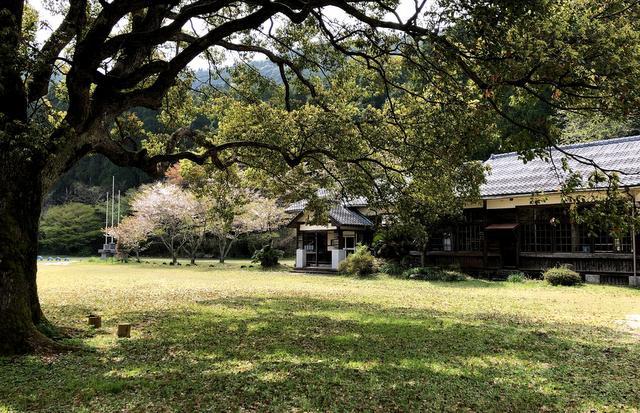 この頃は地域の公民館的な使われ方もしていた廃校舎。