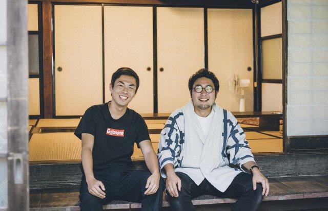 シェアビレッジ・プロジェクトの中核を担う、村長・武田昌大さん(右)と御意見番・丑田俊輔さん。ふたりは五城目(ごじょうめ)のまちで偶然の出会いを得て、プロジェクトを実現させる。