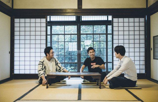 日本の原風景を100年後に残したい。そんな目的意識からスタートしたシェアビレッジの取り組みは、今では全国的に注目されている。右はプロジェクトの詳細に耳を傾ける、ジェイアール東日本企画の與田雅晴さん。