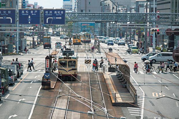 高知市市街。まちなかを路面電車が走る。