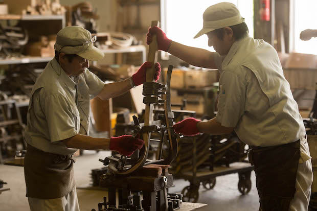 職人さんが実際に手を動かして作る〈秋田木工〉。