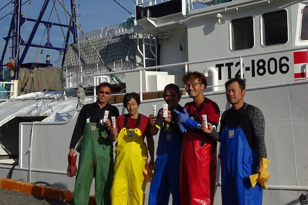 鳥取県・賀露港で働く漁師の方にも〈KANIDANOMI〉をプレゼント。「しっとりしていながら、使用後はサラっとしていてよい」とお褒めのお言葉も。