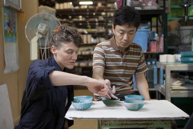 サラ・クーンとロヴィス・カプートによるデザイナーデュオ〈クーン・カプート〉が有田焼の工房を訪れた時の様子。Photo:Anneke Hymmen
