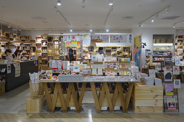 企画展の様子。終了後も、澁谷さんがデザインした〈08COFFEE〉のコーヒーや、〈木能実〉(能代市)のドライフルーツ、奥様との活動〈すずらん舎〉のポストカードなどを購入できます。