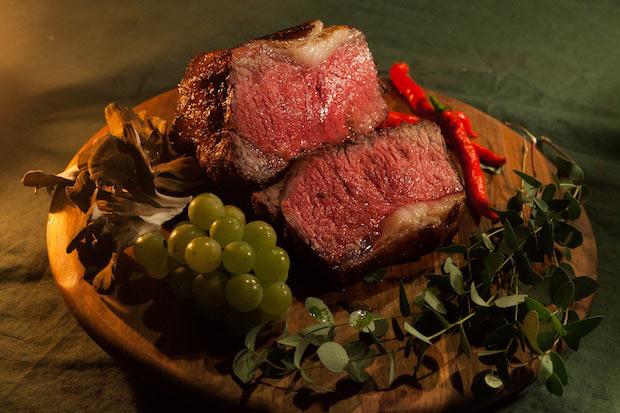 シェフの寺脇さんにより炭火で焼き上げられた短角和牛。あっさりとして重くなく、噛めば噛むほど肉のうま味を感じられます。