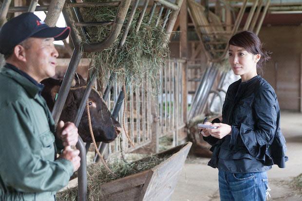 斉藤さんから育て方や飼料について話をうかがう寺脇さん。どう育成しているかを知ることは、私たち消費者にとっても、安心な食選びと、大切に育てられた命をいただく感謝を忘れない一歩。