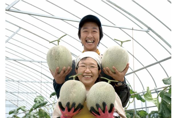書籍のまえがきにも登場するお母様とのメロン収穫写真(撮影はお姉様)