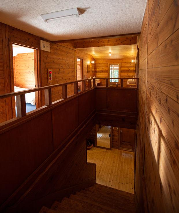 木をふんだんに使った内装はリラックスできる。階段の下右にお手洗い、左にお風呂がある。