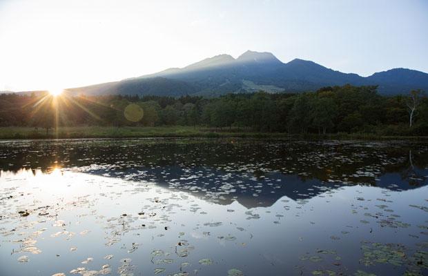 """宿から徒歩で10分ほどの場所にある「いもり池」に映った妙高山。夕暮れの""""逆さ妙高""""はとても美しい。"""